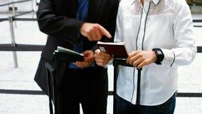 互动互相的男性和女性通勤者 影视素材