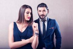 互动和优美穿戴的异性爱夫妇 免版税库存照片