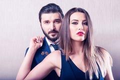 互动和优美穿戴的时髦的夫妇 免版税图库摄影