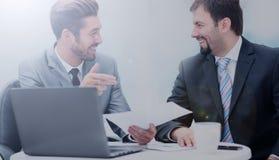 互动在会议上的两个商人的图象在办公室 库存照片