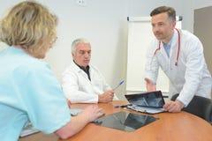 互动在会议上的医疗队在会议室 免版税库存图片