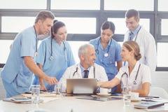 互动在会议室的医疗队 免版税图库摄影