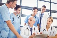 互动在会议室的医疗队 库存照片