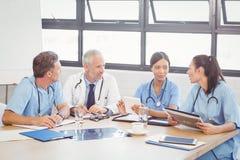 互动在会议室的医疗队 免版税库存图片