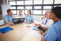 互动在会议室的医疗队 图库摄影