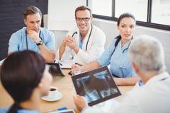 互动在会议室的医疗队 库存图片