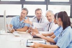互动在会议室的医疗队 免版税库存照片