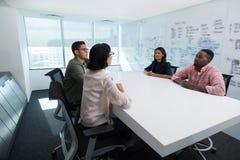 互动在会议室里的商业主管 库存图片