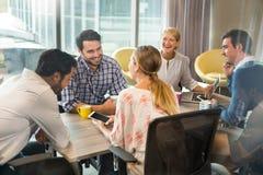 互动在会议期间的商人 库存照片