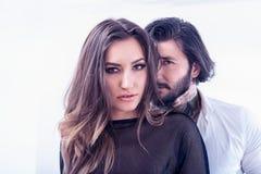 互动在白色背景的年轻夫妇 免版税库存照片