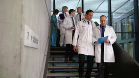 互动的医生队,当步行沿着向下台阶时 股票录像