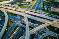 互换、圈和高速公路跨境35和收费公路45奥斯汀得克萨斯运输 库存照片