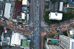 互换高速公路交通美好在城市在b的俯视图 免版税库存照片