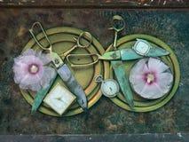 互相两把古老剪刀、垂线,三个白色时钟和两朵巨大的花简明艺术静物画与桃红色 免版税库存图片