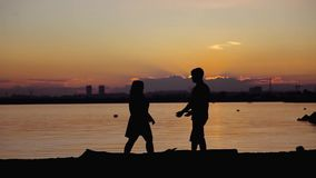 互相努力去做在日落的年轻夫妇 股票录像