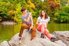 互相取笑的年轻夫妇 免版税库存图片