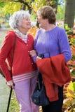 互相微笑两名资深的妇女 库存图片