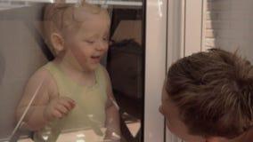 互相微笑通过窗口的孩子 影视素材
