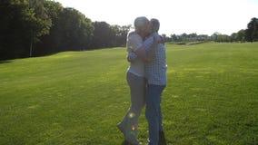 互相拥抱的可爱的资深夫妇赛跑 股票视频