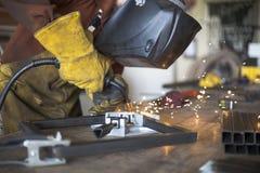 互相焊工焊接钢凳子支持 库存图片