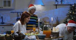 互相给圣诞礼物的家庭 股票录像