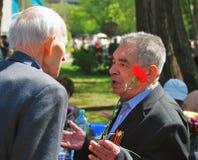 互相讲话的退役军人 免版税库存照片