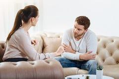 互相谈话好的宜人的夫妇 免版税库存图片