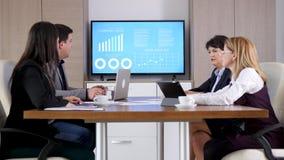互相谈话的商务伙伴在会议室 股票录像