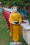 互相面对修士的许多雕塑入口的对神圣的洞 Hpa-An,缅甸 缅甸 免版税库存图片