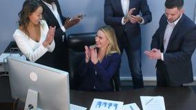 互相鼓掌在办公室的企业多种族队 股票视频