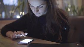 互联网、通信和技术概念-有手机的妇女在咖啡馆 影视素材