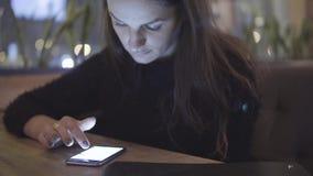 互联网、通信和技术概念-有手机的妇女在咖啡馆 股票视频