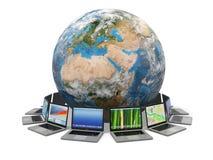 互联网。 全球性通信。 地球和膝上型计算机。 3d 库存图片