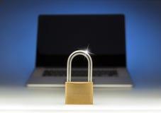 互联网便携式计算机安全锁 免版税库存图片