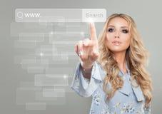 互联网冲浪和与指向女性手的万维网概念 库存照片