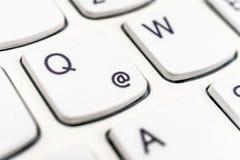 互联网商标的详细的看法在一个白色键盘的 免版税库存照片