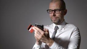 互联网技术和电子商务的发展 商人爱通过互联网购物和预定票 影视素材