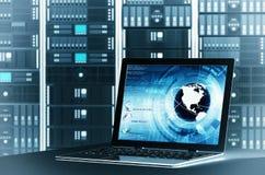 互联网服务器膝上型计算机 免版税库存图片