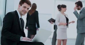 互联网的概念:与膝上型计算机开会的年轻商人我 免版税库存照片