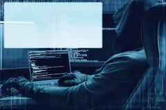 互联网罪行概念 黑客在数字式背景的工作与全息图的空的头您的文本的 图库摄影
