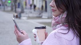 互联网联络与朋友的瘾、女孩有手机的和温暖的饮料露天特写镜头的 股票视频