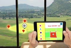 互联网thingsagriculture概念,聪明种田 农夫举行片剂和ust监测在的条件的应用 免版税库存图片