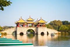 五个亭子桥梁的苗条西湖风景 库存图片