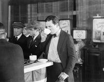 五个人在有五分钱戏院的咖啡馆(所有人被描述不更长生存,并且庄园不存在 供应商warrantie 免版税库存图片