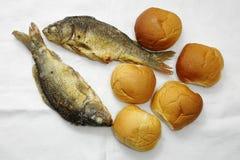 五个大面包和两条鱼 免版税库存图片