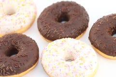 五个开胃甜白色和巧克力油炸圈饼 图库摄影