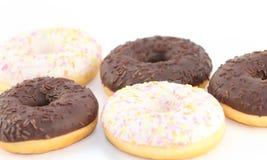 五个开胃白色和巧克力油炸圈饼 免版税库存图片