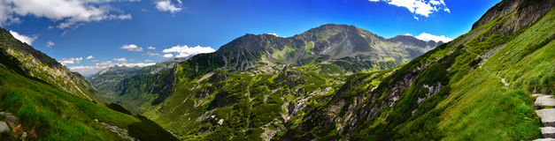 五个湖谷全景在Tatra山的 库存图片