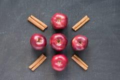 五个红色苹果和桂香 免版税库存图片