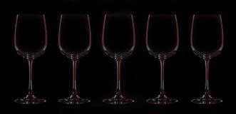 五个葡萄酒杯剪影有红色照明的 免版税图库摄影
